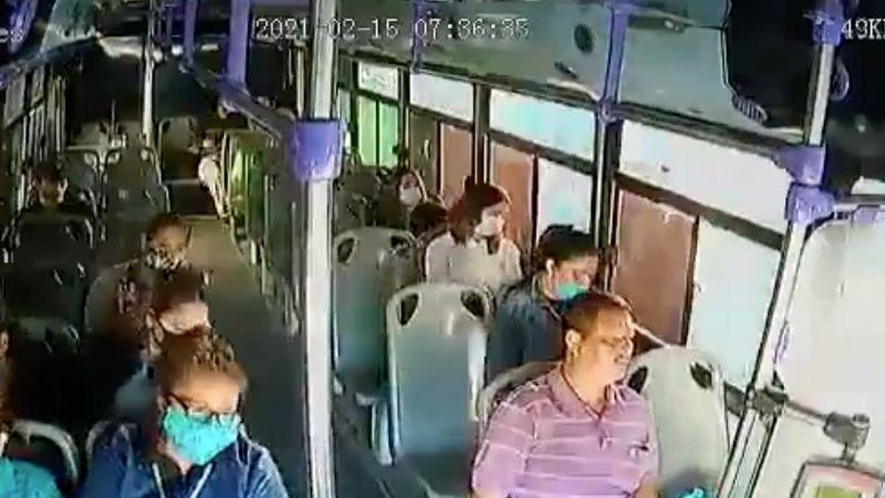 VIDEO: Hombre acuchilla 30 veces a su pareja dentro de camión; pasajeros huyen