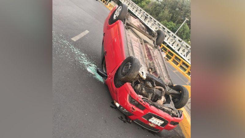 Conductora se salva de 'milagro' luego de perder el control y volcar en un segundo piso