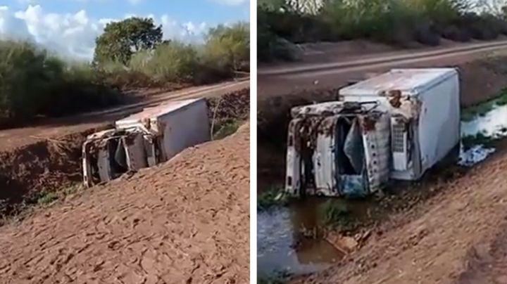 Camión de carga vuelca dentro de canal en el Valle de Yaqui; hay dos lesionados