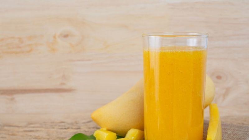 Disfruta de todos los beneficios del mango en un rico y refréscate jugo casero