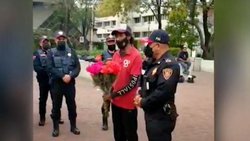 """Con flores, hombre agradece a policías capitalinos hallar a su hija; los llama """"héroes"""""""