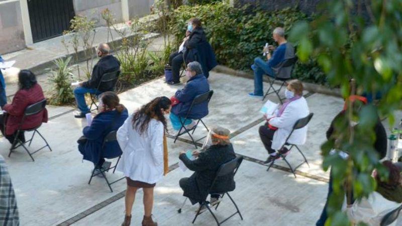 Habitantes de Polanco acuden a vacunarse contra Covid-19; López-Gatell pide esperar su turno
