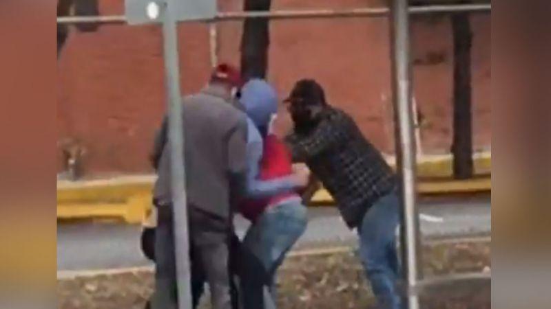 VIDEO: Ladrones le propinan fuerte golpiza a un hombre; lo despojaron de 37 mil pesos