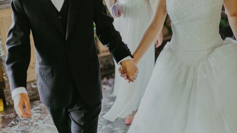 ¡Ventajas del matrimonio! Así puedes pedir un retiro para gastos en el IMSS si estás casado