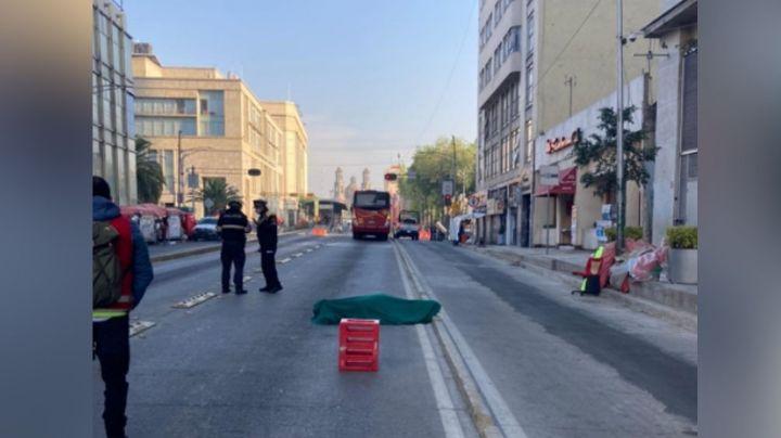 Hombre en situación de calle es encontrado sin vida sobre el carril del Metrobús
