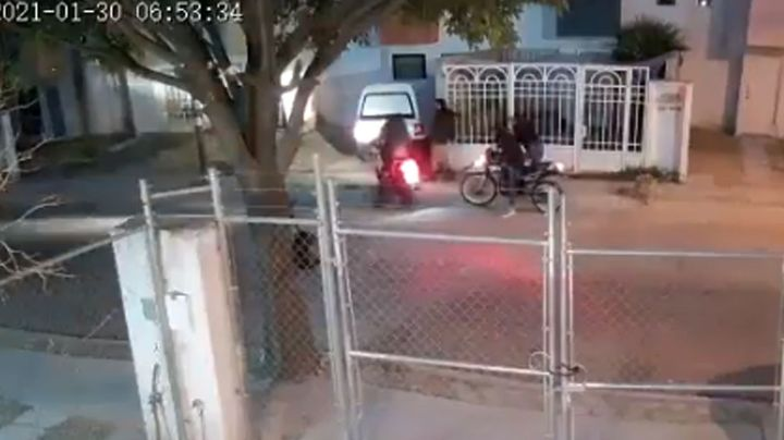 VIDEO: Mujer que iba de camino a su casa es asaltado por sujetos en motocicleta