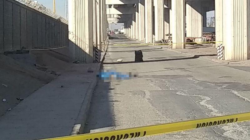 Encuentran muerta a mujer en la carretera; podría haber sido lanzada de un auto en movimiento