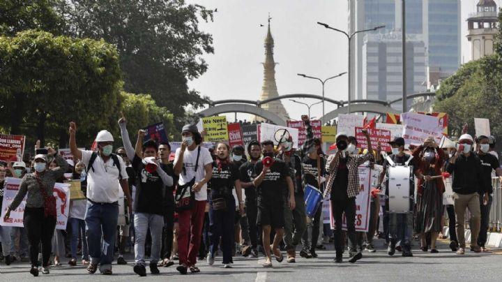 Tras manifestaciones que dejaron dos muertes, Facebook elimina página del ejército de Birmania