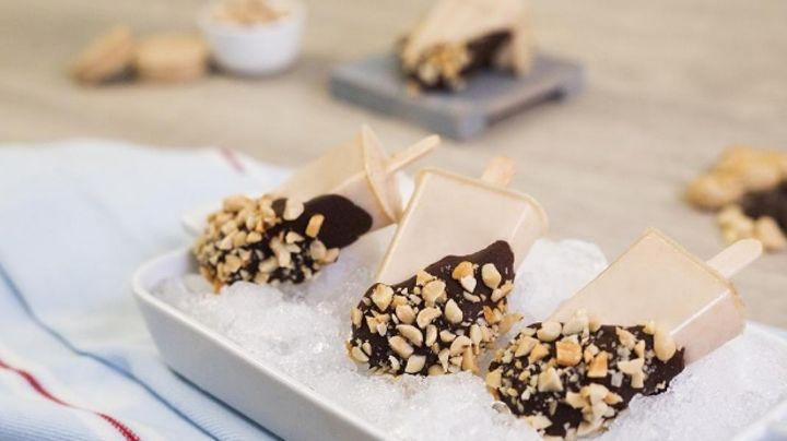 Dale un toque de cacahuate a tus tardes calurosas con estas paletas heladas de mazapán