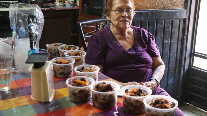 ¡El cáncer no la detiene! Doña Yolanda tiene más de 35 años vendiendo capirotada