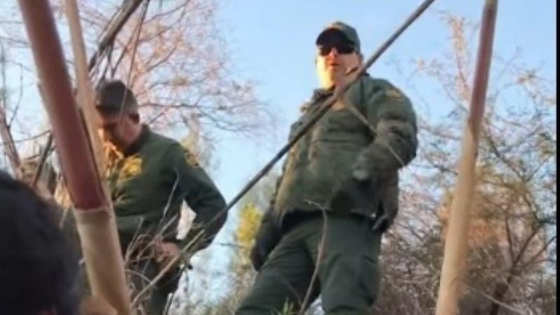 VIDEO: ¡Héroe! 'Coyote' enfrenta a agentes de 'la migra'para defender a grupo de 'ilegales'