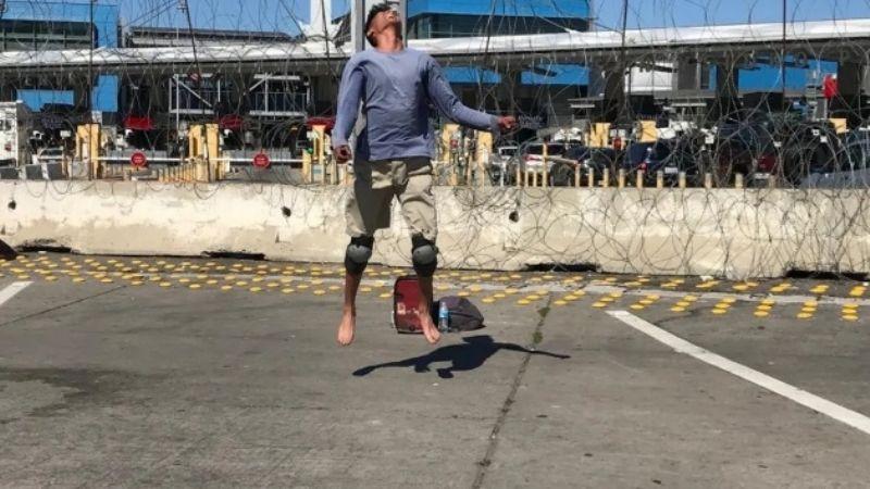 ¡Admirable! 'Javi' baila en las calles de la Garita para pagar sus estudios universitarios