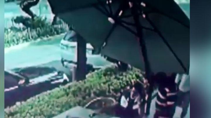 VIDEO: Asaltan a hombre en restaurante y él los ataca a balazos; el ladrón está grave