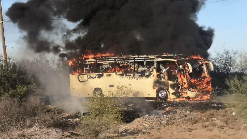 Comando armado provoca terror al incendiar dos camiones; desaparece uno de los choferes