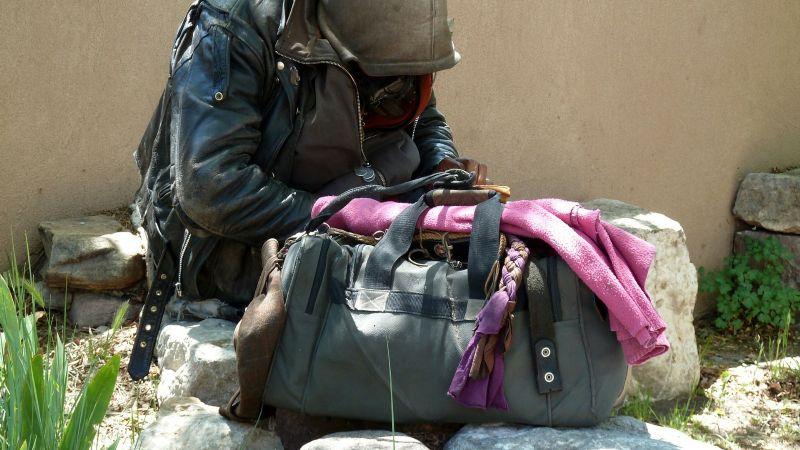 TikTok: Adolescente vagabundo muestra cómo él y su madre sobreviven con 1 dólar
