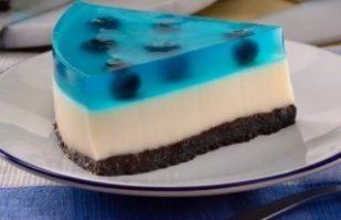 ¡Consiente a tus hijos! Adorarán esta gelatina de moras con base de galleta de chocolate
