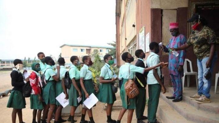 ¡Otro secuestro masivo! Al menos 300 niñas fueron raptadas de escuela en Nigeria