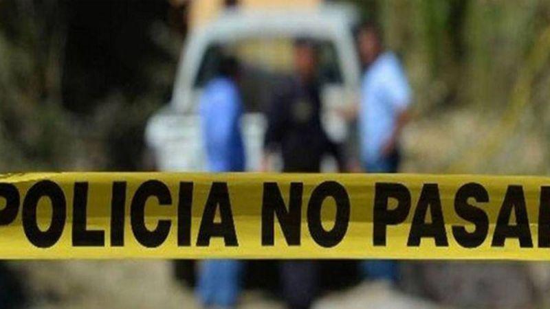Sujetos desconocidos asesinan a golpes a un hombre y lo cuelgan de un árbol