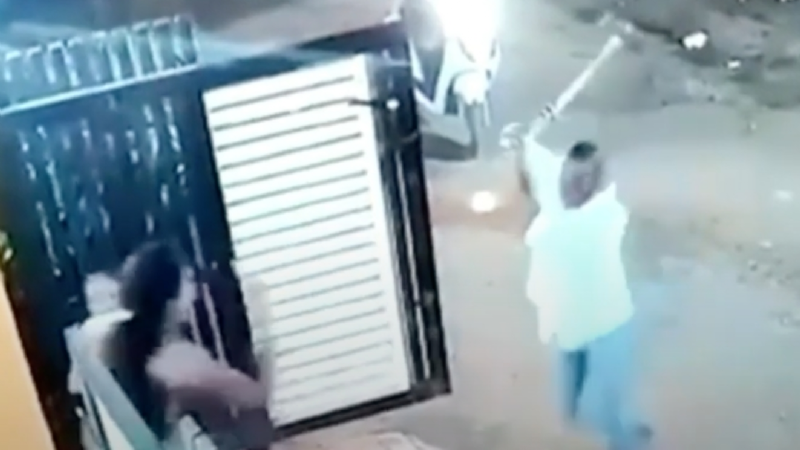 FUERTE VIDEO: En venganza, enfurecido acosador intenta matar a mujer; la atacó a hachazos
