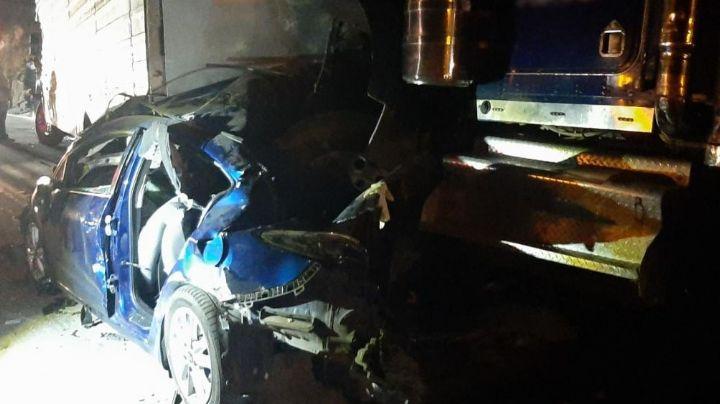 Fatal accidente: Familia que viajaba en su vehículo muere prensada tras chocar con tráiler