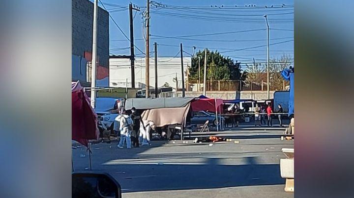 Desconocidos acribillan y matan a dos hombres que compraban en el tianguis