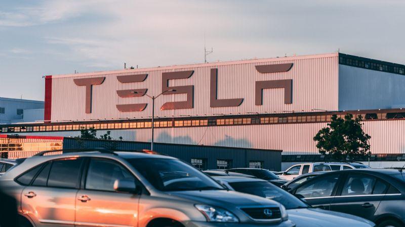 VIDEO: Cámara de un Tesla graba asalto en plena autopista; roban 7 mil dólares