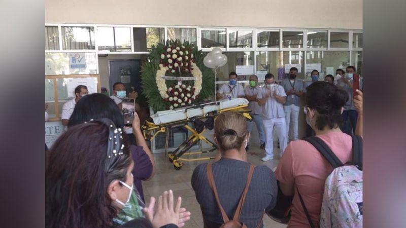 Entre aplausos y globos, realizan homenaje camillero del Issste fallecido por Covid-19