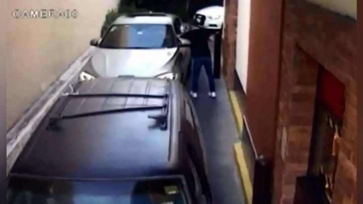 VIDEO: Ladrón despoja de sus pertenencias en un minuto a conductor en fila de autoservicio
