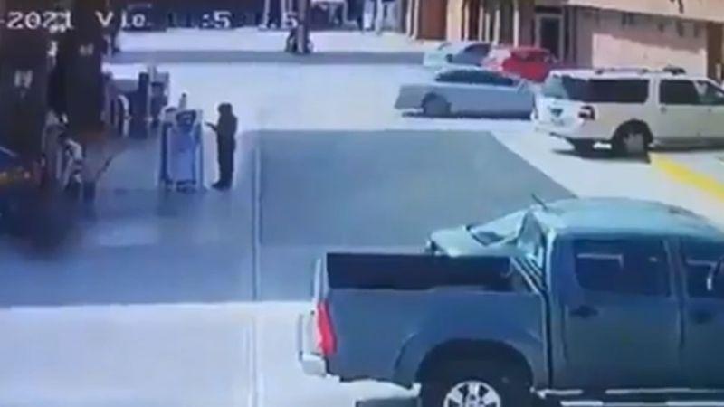 Frente a empleados de gasolinera, sujetos armados despojan de su camioneta a familia