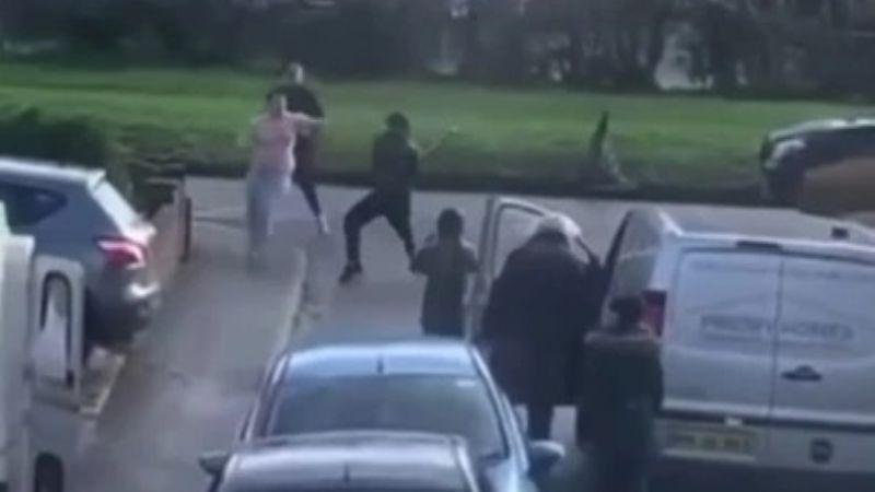 Joven de 20 años es brutalmente atacado y le patean en la cabeza; es llevado al hospital