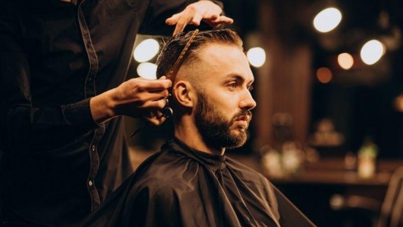 Libérate del calor de la primavera con alguno de estos cortes de cabello para hombre