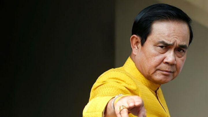 Primer ministro tailandés evade a periodistas rociándolos de desinfectante de manos en spray