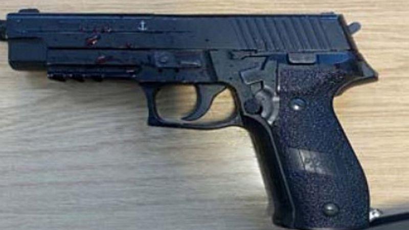 """""""Pensé que iba a morir"""": Niña de 14 años encañona a mujer policía con una pistola falsa"""