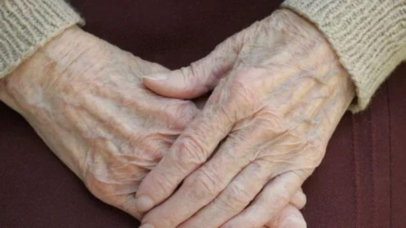 Anciana de 80 años no llega a vacunarse contra el Covid-19; enfermeras hacen macabro hallazgo