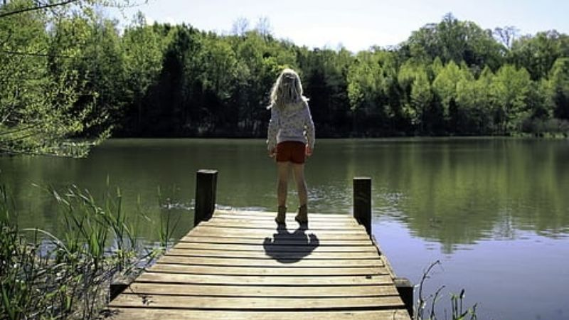 Niña de 3 años vive los minutos más agonizantes tras caer a estanque; su hermano no pudo sacarla