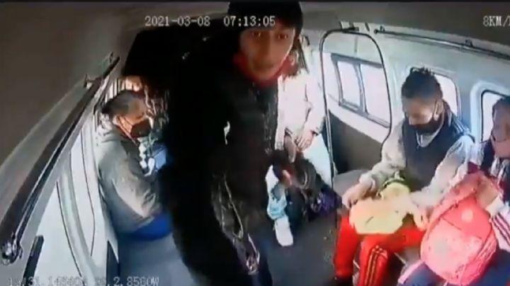 """(VIDEO) """"¿Quieres un balazo o qué?"""" advierte asaltante en una 'combi' en Ecatepec, Edomex"""