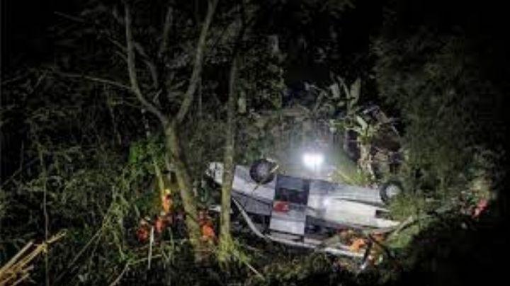 Trágico accidente: Autobús con estudiantes cae a un barranco en Indonesia; hay 27 muertos