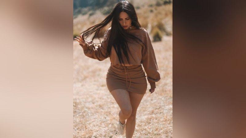 Jimena Sánchez arranca suspiros al modelar frente a la puerta un atuendo deportivo