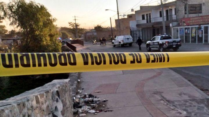 Hallan los cadáveres de un hombre y una mujer en lote baldío; tenían pocas horas de muertos