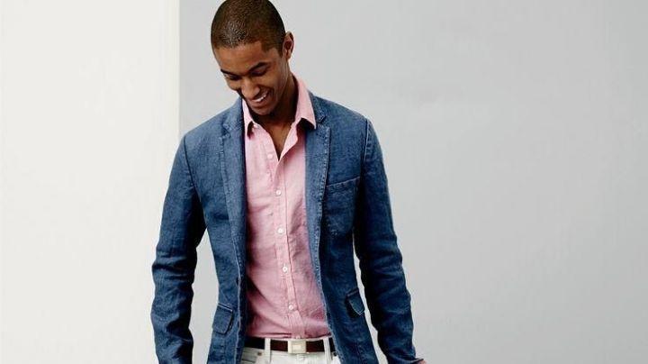 ¡Dile adiós a los estereotipos! Descubre cómo llevar el rosa en tu 'outfit' masculino