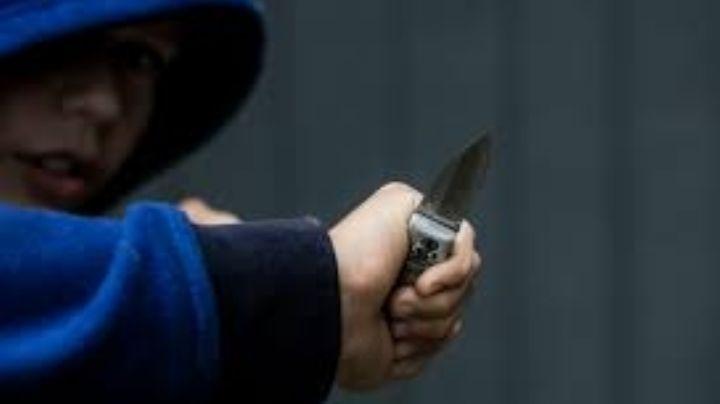 Fuerte ataque: Niño de 12 años apuñalaa un joven a plena luz del díapara asaltarlo