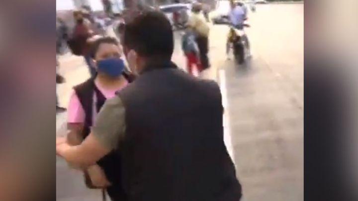 VIDEO: Reportero es golpeado de forma salvaje por mujeres que venden de manera ilegal