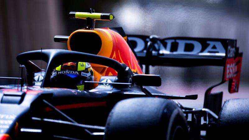 Sergio Pérez 'vuela' sobre la pista… pero la tapa de su motor en las prácticas de la F1