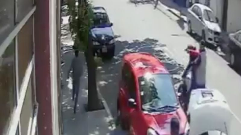 VIDEO: Intentan MATAR a tiros a joven en la calle; huyó de sicarios a plena luz del día