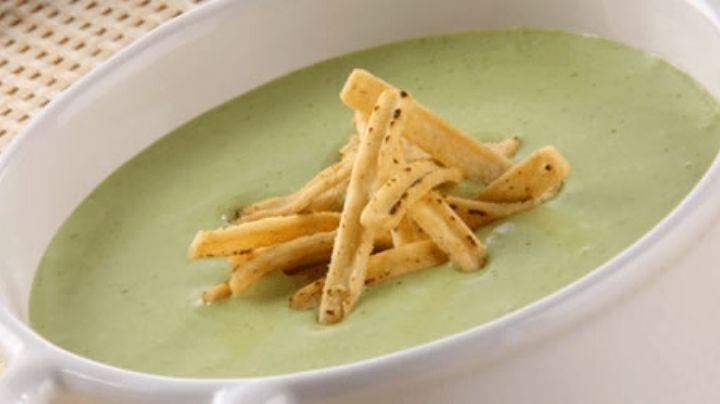 Prepara esta sopa fría de aguacate y sorprende a todos tus seres queridos