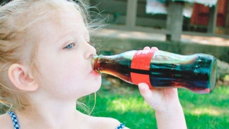 Alerta: Esta es la razón por la que nunca debes darle refresco a tus hijos