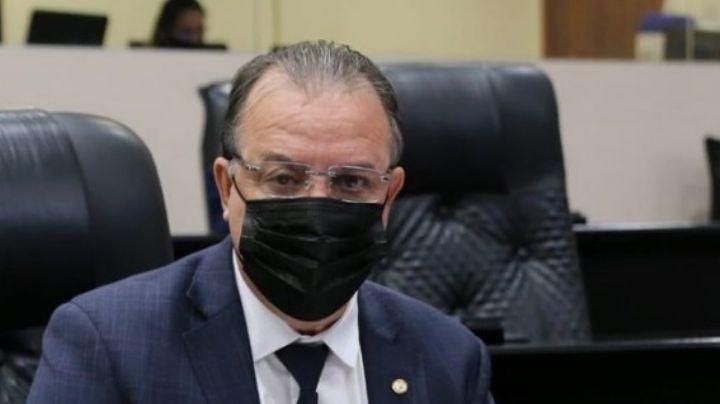 Muere por Covid-19 un político que impulsó una ley para banear la vacuna contra el virus