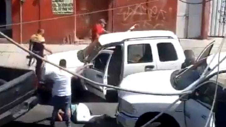 """(VIDEO) """"¿Te quieres pasar de verg...?"""": Hombres armados golpean a pareja en vía pública"""