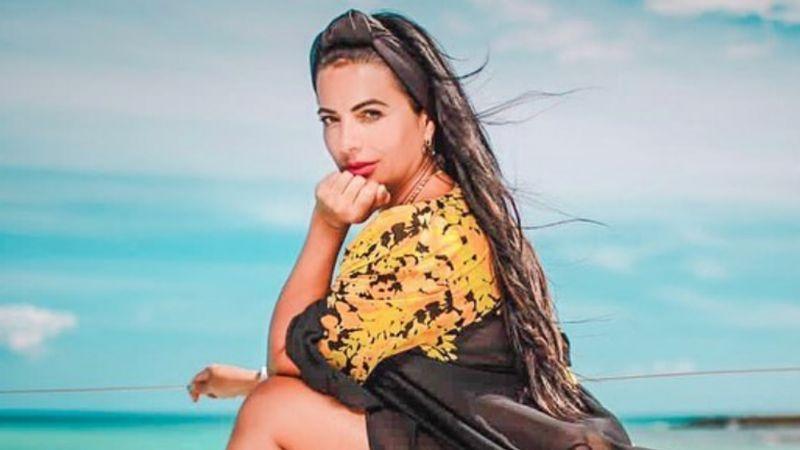 Desde la playa, Cecilia Galliano sorprende con coqueta sesión fotográfica en bañador negro
