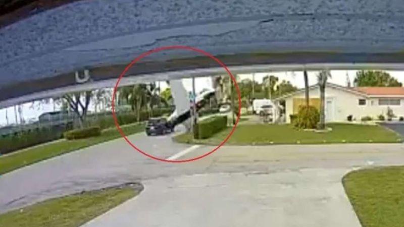 VIDEO: Impactante momento en el que una avioneta se estrella contra una camioneta